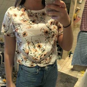 Kort tröja från HM. Vit med solroser på.
