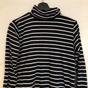 Säljer denna svart-o-vitrandiga polotröjan!