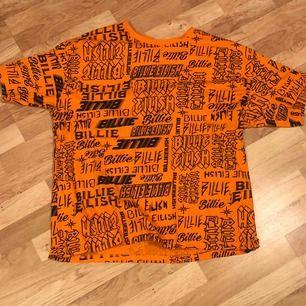 Billie eilish tröja köpt på primark i london Startpris 200kr, buda