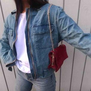 Den perfekta Jeansjackan! Hittad secondhand förra sommaren🤩 säljer pga kommer inte till användning men älskar modellen, färgen och detaljerna med fickorna och dragkedja🤤 storlek står ej, passar allt från XS-L👍🏼 + frakt