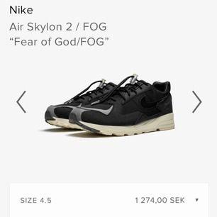 Tja, säljer ett par Nike Air Skylon 2 / Fog x Fear Of God 36,5 dam passar 35-36 herr  Sparsamt använda och nytvättade  Ingår: original kartong, sko papper och två skosnören   Kan gå ner i pris vid snabb affär, buda bara på  Kan skickas mot frakt