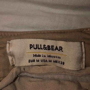 Super stretchiga och sköna cargo byxor!! Köpte i Spanien på pull and bear🦋 säljes pga att de inte kommer till användning... Väldigt skrynkliga på bild tho men dem sitter superfint