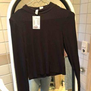 Oanvänd tunn svart tröja med halv polo. Frakt tillkommer!!