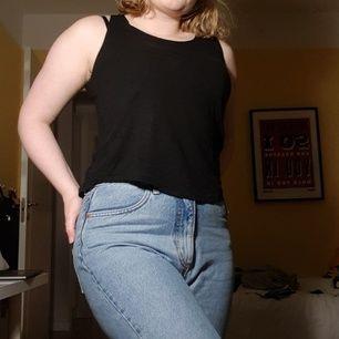 Mjukt svart linne från JC med liten ficka på vänster bröst. Superskönt. Tyvärr för liten:/. Kan mötas upp i sthlm, köpare står för frakt.