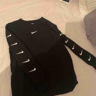 Long sleeve Nike tröja i storlek medium använd fåtal gånger