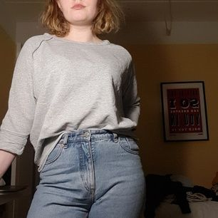 En oversize swearshirt i två gråa färger. 3/4 ärmar. Väldigt luftig och skön! Kan mötas upp i sthlm eller frakta.