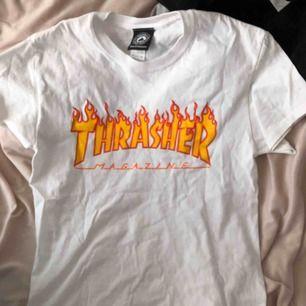 En cool trasher t-shirt för bra pris! Köpt i New York för 450kr. Bra kvalité och endast använd 1-3 gånger! Köparen står för frakten🥰