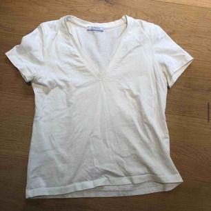 Vit v-ringad t-shirt från zara!! Basic men snygg. Kan frakta eller mötas upp 💛