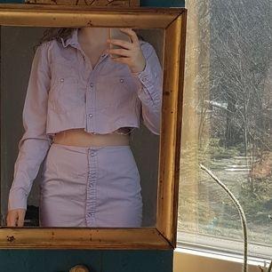 Så snyggt tvådelat det! Ljuslila tunn skjorta/jacka och kjol, bara använt en gång av förra ägaren som sytt den från en skjorta. Aldrig använt av mig! Hade vart så snygg till en konsert eller festival!