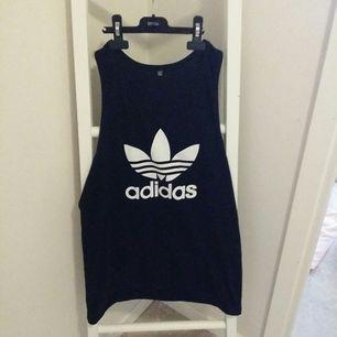 Adidas linne i storlek XL. Sitter mer som en Lott tycke men namn va nån slim modell. ALDRIG Använd... 250 kr så kan ja stå för frakten.