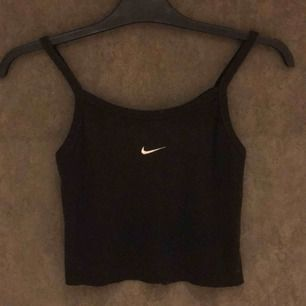 Kort klippt linne i storlek xs från Nike