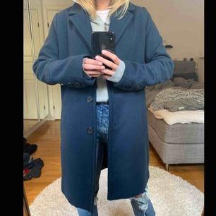 En skön varm kappa som knappt är använd och nyligen köpt. (Frakt ingår inte i priset)