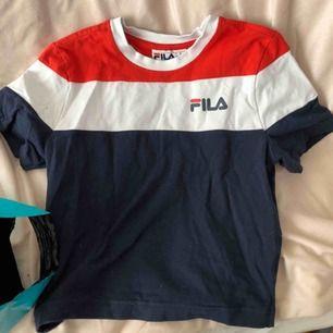 Cool T-shirt från Fila. Köpte den i New York och har inte sätt någon liknade. Köpte den för 300kr. Köparen står för frakt!🥰