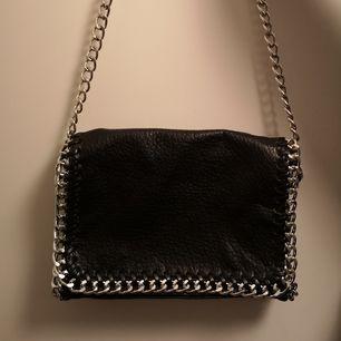 Helt oanvänd snygg tiamo väska köpt för 500kr säljer för 350kr men pris kan diskuteras. Fri frakt på väskan :)