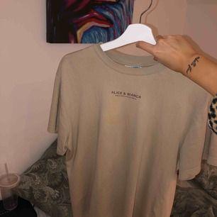 Alice & Bianca t-shirt i storlek XS (generös i modellen), som ny i skicket!