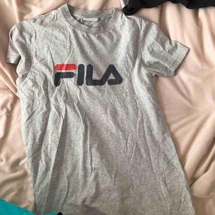 Jättefin t-shirt från fila. Köpt för ca 300kr. Säljer för den kommer inte till använding! Köparen står för frakt🥰