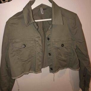 Croppad snygg jeans jacka ifrån H&M, sitter väldigt snyggt på och har en lite ljusare grön färg än vad som syns på bilden, säljer pga att jag har ny jacka! (Kan strykas innan den skickas)