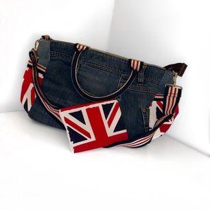 Ursnygg handväska med Englandmotiv i jeansmaterial! Ej använd varken ute eller inne. Består av ett stort huvudfack + ett mindre inuti + ej förslutbara fickor på sidan/änderna + avtagbar axelrem. Matchande plånbok som gåva vid köp + FRI spårbar frakt! 🇬🇧