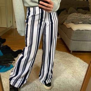 Sköna långa byxor som är använda ungefär 2 gånger.  (Frakt ingår inte i priset)