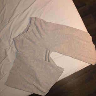 Näst intill oanvända beiga vida byxor ifrån Zara. Liten fläck bak på vänster ben men inget man tänker på, går nog bort i tvätten.
