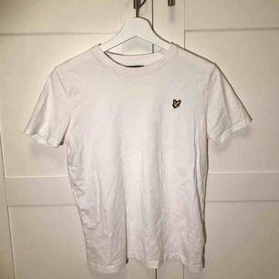 Lyle & scott t-shirt i bra skick, storleken är 14-15 år men är som en xs🤍💫✨👊🏼