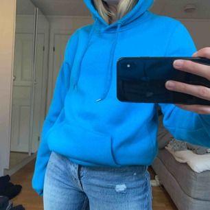 En stor hoodie som är köpt på killavdelningen och som knappt är använd. (Frakt ingår inte i priset)