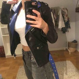 Snygg faux-leather jacka med coola detaljer. Använd 1-2ggr och säljer pga att den inte kommer till användning. Den passar en XXS-S beroende på hur man vill att den ska sitta. Köparen står för frakt!