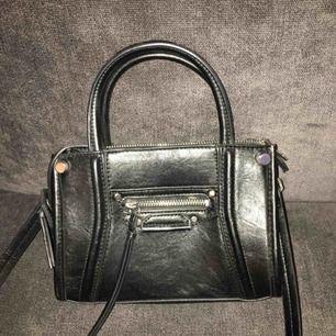 Liten handväska ifrån H&M. I väldigt fint skick. Finns i Sthlm eller skickas med post.