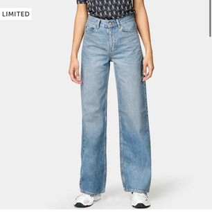 Säljer dessa wide leg jeans från junkyard då de tyvärr har blivit försmå, DÖSNYGG passform!! Buda från 200kr