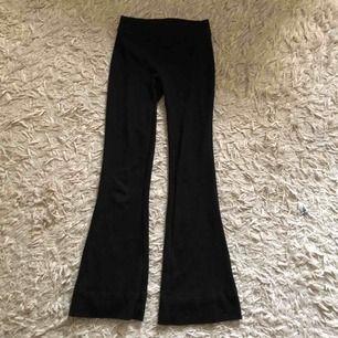 Svarta mjuka utsvängda byxor! Frakt ligger på 35kr.