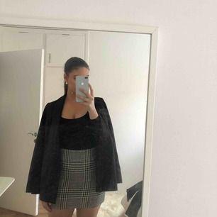 Oanvänd rutig mini kjol från h&m, sitter som ett smäck på och är så snygg, finns ej att köpa längre
