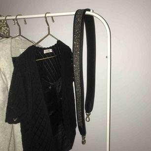 Säljer ett skitsnyggt väskband från Beck Söndergaard i toppskick. Säljer pga brist på användande. Ca 108cm långt. Köparen står för frakt!