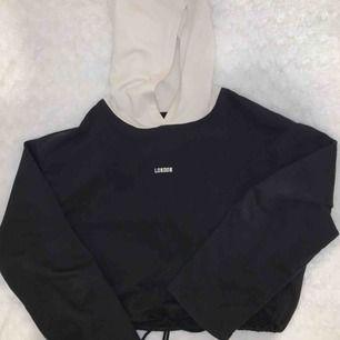 Riktigt snygg hoodie från Zara, storlek S. Svart/vit i ett tunnare tyg. Snörning längs ned så man kan anpassa hur tight den ska sitta i midjan. Använd ett fåtal gånger, fint skick! Köparen står för frakten!