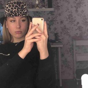 Leopardmönstrad bucket hat, köptes på vero moda förra sommaren och har används ett fåtal gånger. Väldigt bra skick och riktigt cool😎🥳✌️ (frakt ingår)