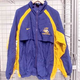 90-talsjacka från Nike som i stort sätt bara legat i garderoben sen den köptes, så den förtjänar ett nytt hem.🥰 250kr inklusive frakt 🎉  Mått:  Längd ca 73-74 cm Byst/bredd (hela vägen runt) ca 128-129  #BeyondRetro