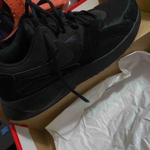 En ny svarta par Nike skor.  Säljs pga fel storlek.