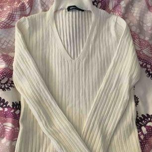Jag säljer en Vit urringad tröja med polo. Från Gina tricot storlek S💖