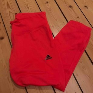 Adidas träningsbyxor som går sådär till under knäet. De är mer rosa i verkligheten & aldrig använda ✨