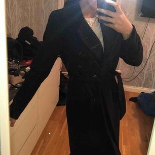 Såå fin sparsamt använd kappa från ONLY! Nypris:899kr