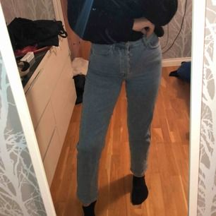 Supersnygga vida jeans! Använda en gång. Nypris:699kr Mitt pris:200kr
