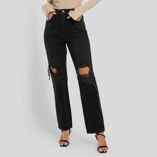 Jeans från NAKD med hål vid knäna. Köpta för en månad sedan så är i väldigt fint skick! Nypris: 499:-