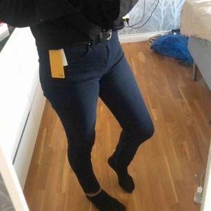 Supersnygga oanvända jeans med prislappen kvar! Strl 38 men sitter tajt på mig som normalt har 34/36!
