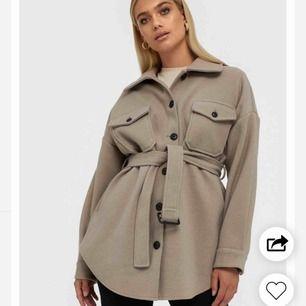 Söker denna populära jackan från Nelly i färgen beige. Om du själv säljer denna jacka eller vet någon annan kontakta gärna mig!💕