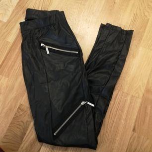 Tights i läderimitation från chiara fort i storlek M. Dem är i fint skick men säljes då dem är för mig.. Nypris var kring 369kr