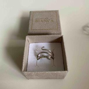 Ring från Bianca Ingrossos kollektion med guldfynd. Ringens storlek går att ända genom att snurra lite på ormen. Använd väldigt få gånger, skick: 10/10