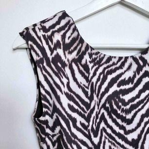 - H&M - tajt kort klänning med djup rygg - djurmönster - strl XS, men väldigt stretchig och kan passa S också - väldigt fint skick, använd fåtal gånger