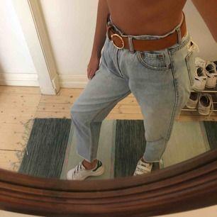Ljusa och supersköna jeans från Pull&Bear i mom-modellen. Hög midja. Använda fåtal gånger.