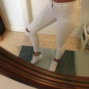 Stretchiga croppade jeans med hål på knäna. Använda en gång.