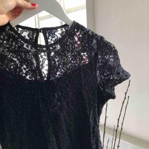 Otroligt vacker svart spetsklänning. Jag använde den vid konsertevent och den fick massor med uppskattning. Spetsen är genomskinlig upptill och längst nedtill på klänningen, underklänning i svart siden.    Köparen står för frakt.🌸