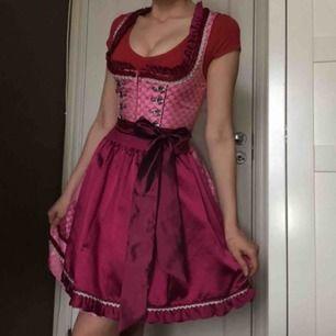 Kruger Dirndl klänning säljes, original pris 2300:-/limited edition  170cm lång, 75-80 i midja, Bkupa och denna klänning sitter vackert. Använd endast en gång.  Frakt ingår i priset.
